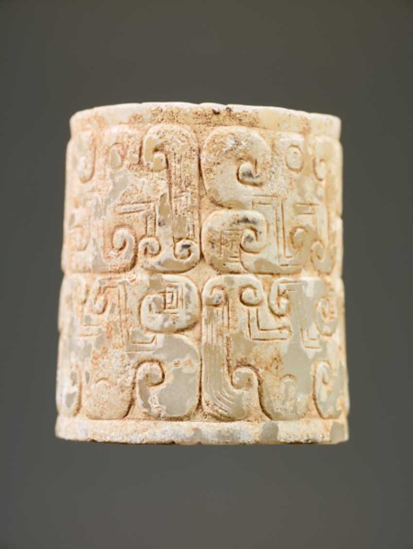 AN INTERESTING THICK EARRING OF THE JUE TYPE IN PARTLY CALCIFIED WHITE JADE DECORATED WITH STYLIZED DRAGON HEADS - photo 6
