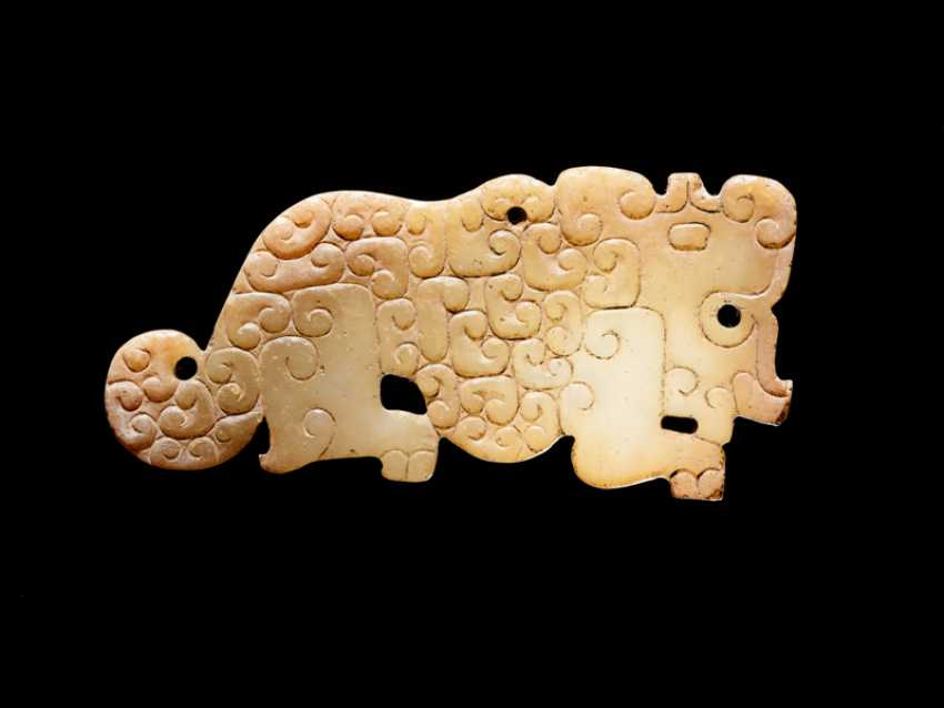A SMALL, FLAT TIGER-SHAPED PENDANT IN WHITE JADE DECORATED WITH A JUANYUN PATTERN OF SCROLLS - photo 2