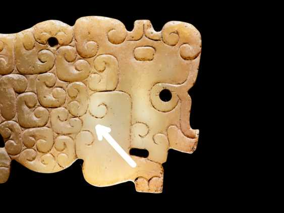 A SMALL, FLAT TIGER-SHAPED PENDANT IN WHITE JADE DECORATED WITH A JUANYUN PATTERN OF SCROLLS - photo 3