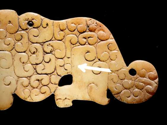 A SMALL, FLAT TIGER-SHAPED PENDANT IN WHITE JADE DECORATED WITH A JUANYUN PATTERN OF SCROLLS - photo 5