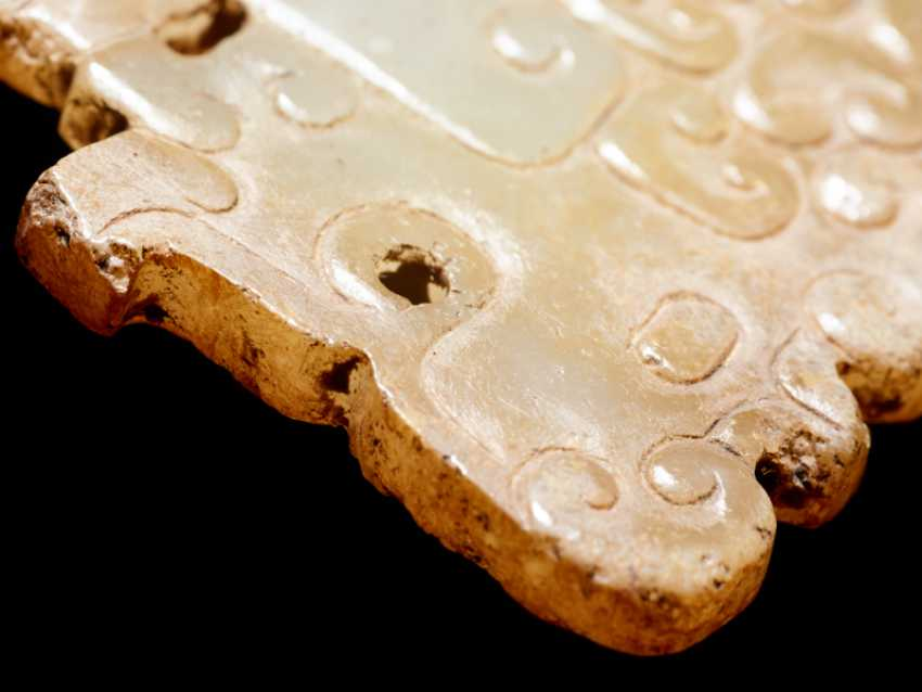 A SMALL, FLAT TIGER-SHAPED PENDANT IN WHITE JADE DECORATED WITH A JUANYUN PATTERN OF SCROLLS - photo 6