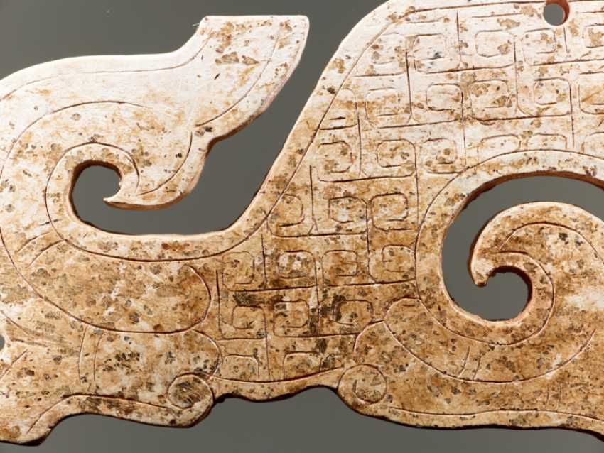 A NICELY CARVED S-SHAPED DRAGON PENDANT WITH AN INCISED PATTERN OF LINKED, SQUARED SCROLLS - photo 3