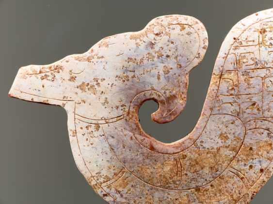 A NICELY CARVED S-SHAPED DRAGON PENDANT WITH AN INCISED PATTERN OF LINKED, SQUARED SCROLLS - photo 5