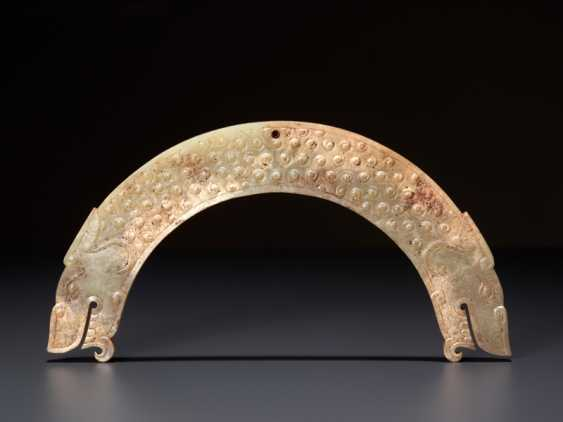 A FULLY DETAILED, RARE, SEMI-CIRCULAR , DRAGON-HEADED HUANG ARCHED PENDANT WITH A PATTERN OF RAISED SCROLLS - photo 1