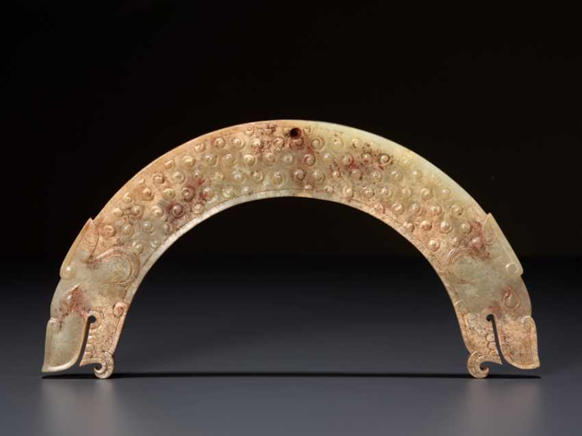 A FULLY DETAILED, RARE, SEMI-CIRCULAR , DRAGON-HEADED HUANG ARCHED PENDANT WITH A PATTERN OF RAISED SCROLLS - photo 2