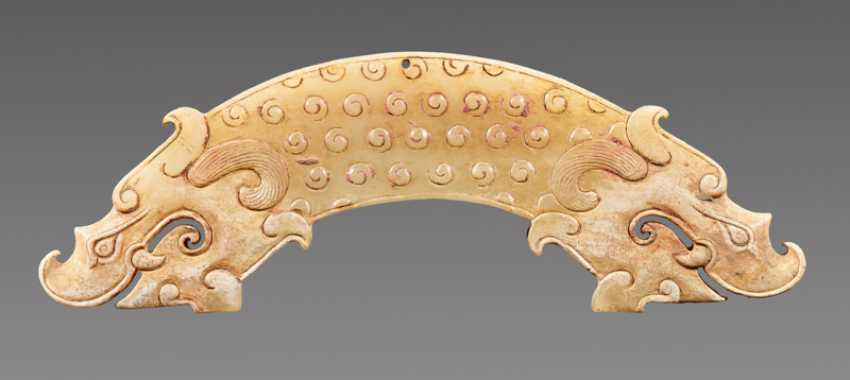 A POWERFUL HUANG ARCHED PENDANT WITH FINELY DETAILED DRAGON HEADS AND A PATTERN OF RAISED CURLS - photo 2