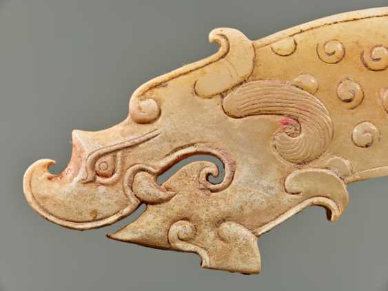A POWERFUL HUANG ARCHED PENDANT WITH FINELY DETAILED DRAGON HEADS AND A PATTERN OF RAISED CURLS - photo 3