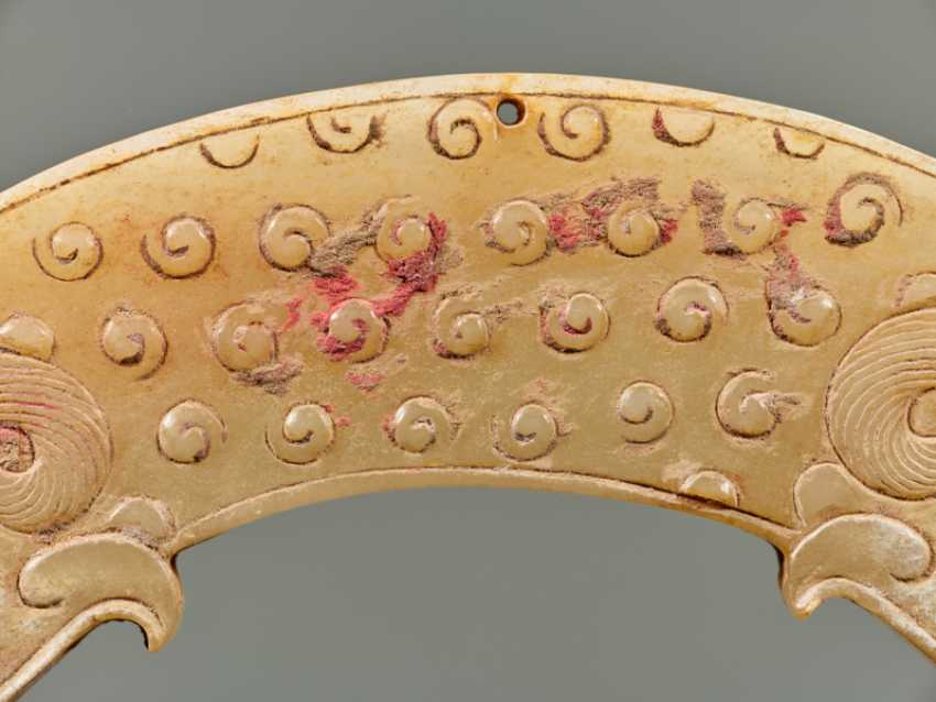 A POWERFUL HUANG ARCHED PENDANT WITH FINELY DETAILED DRAGON HEADS AND A PATTERN OF RAISED CURLS - photo 4