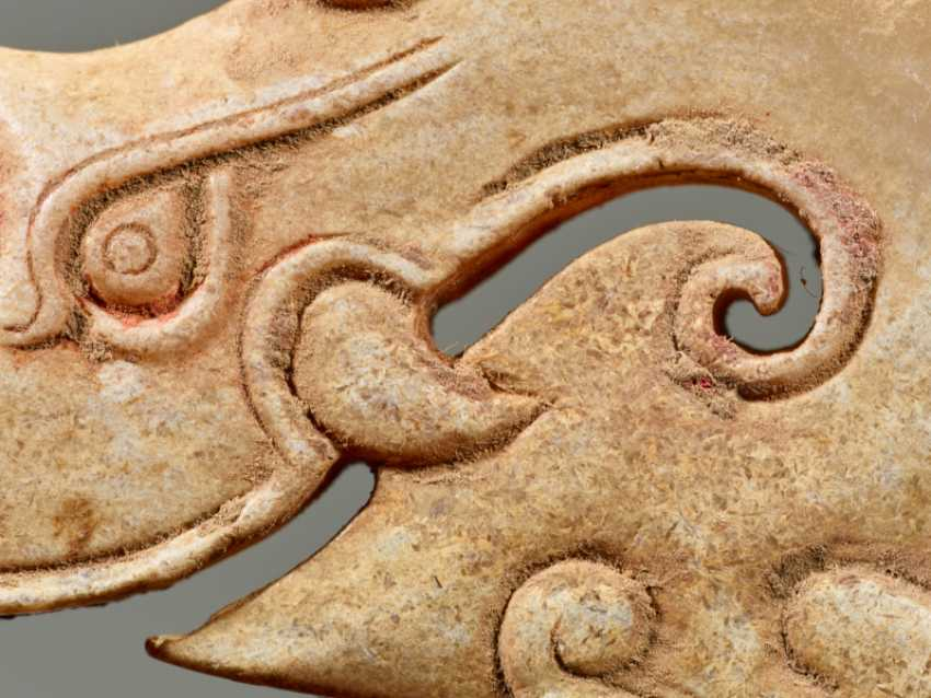 A POWERFUL HUANG ARCHED PENDANT WITH FINELY DETAILED DRAGON HEADS AND A PATTERN OF RAISED CURLS - photo 5