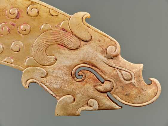 A POWERFUL HUANG ARCHED PENDANT WITH FINELY DETAILED DRAGON HEADS AND A PATTERN OF RAISED CURLS - photo 7