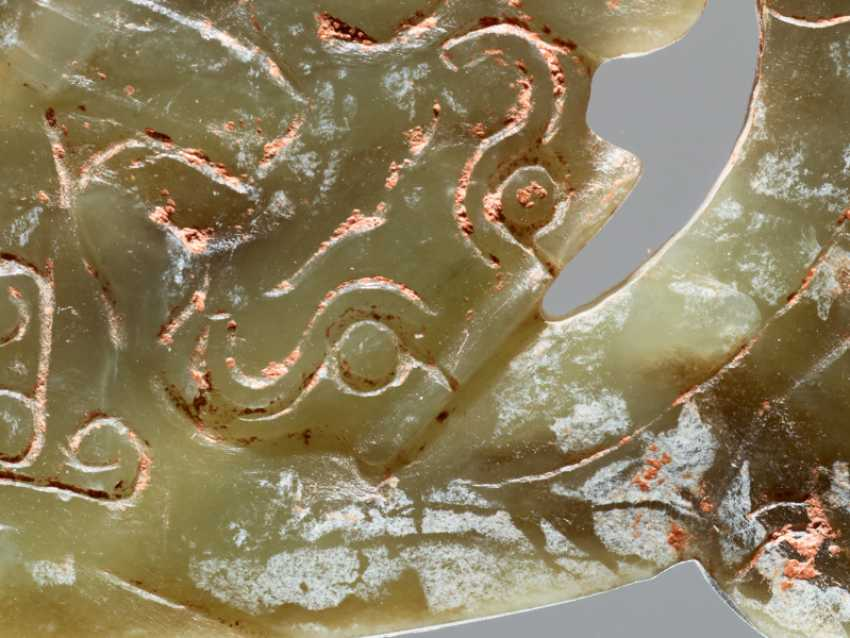 """A VERY RARE GREEN CRESCENT SHAPED XI 觿 OR """"KNOT-OPENER"""" WITH A COILED DRAGON AND A PATTERN OF ENGRAVED LINKED SCROLLS - photo 4"""