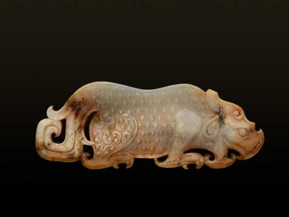 AN EXQUISITE PLAQUE IN WHITE TRANSLUCENT JADE FINELY CARVED IN THE SHAPE OF A CROUCHING TIGER - photo 2