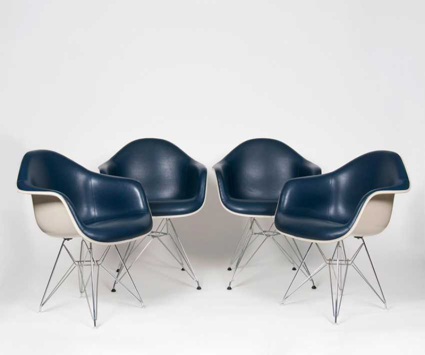 Set of 4 early fiberglass chairs 'IS-1'. Charles & Ray Eames - photo 1