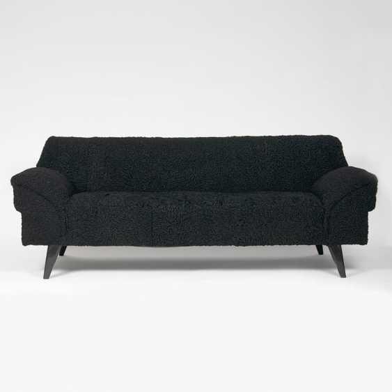 Mid-Century Sofa mit Persianer-Bezug. - photo 1