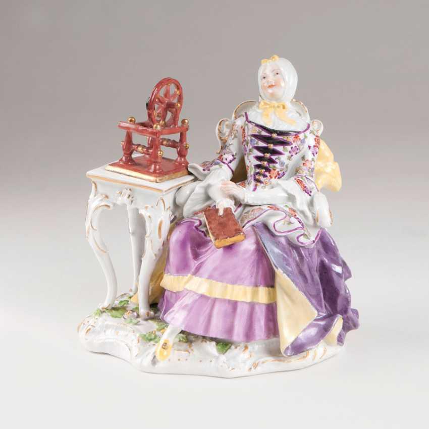 Rare porcelain figure of 'the house of woman with spinning wheel'. Johann Joachim Kaendler - photo 1