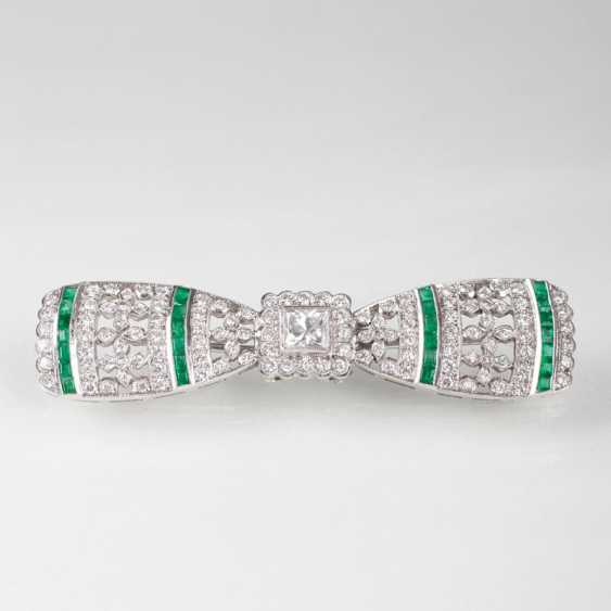 Art Deco emerald and diamond brooch in the loop shape. - photo 1