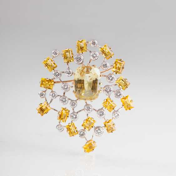 High-quality gold-brilliant beryl brooch with a natural yellow sapphire. - photo 1