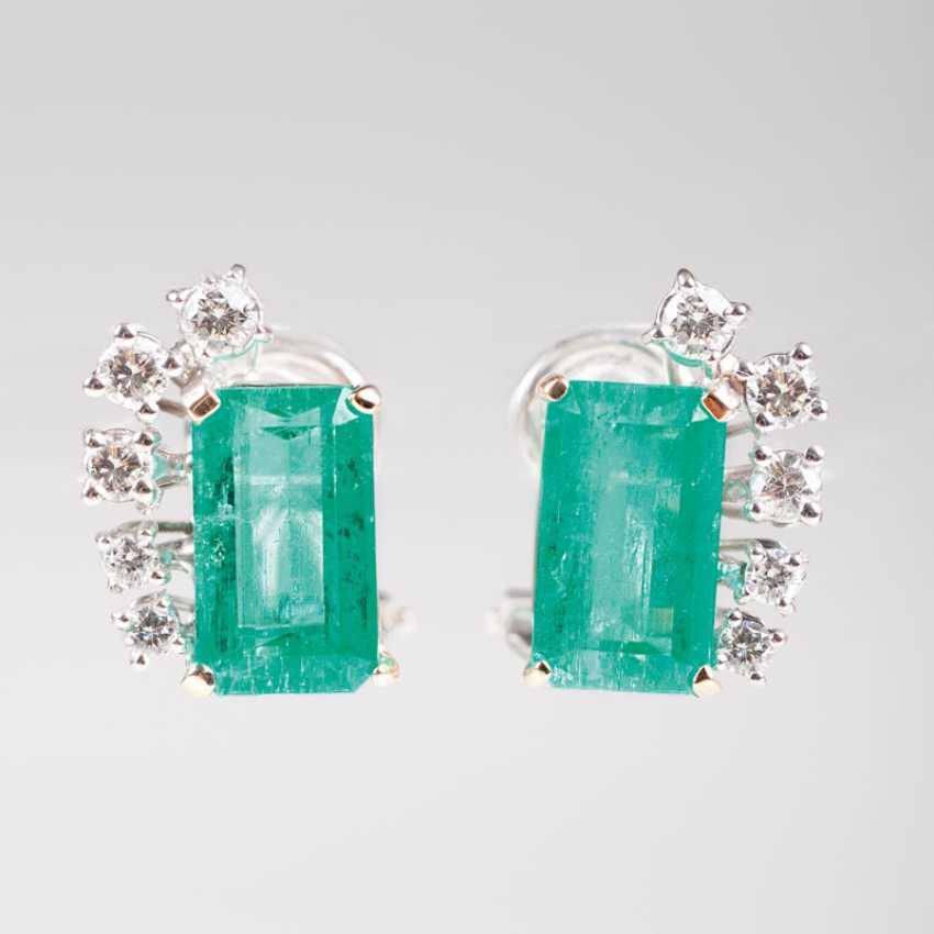 Pair of elegant emerald and diamond earrings. - photo 1
