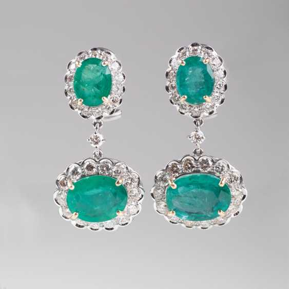 Couple of high-profile emerald and diamond earrings. - photo 1