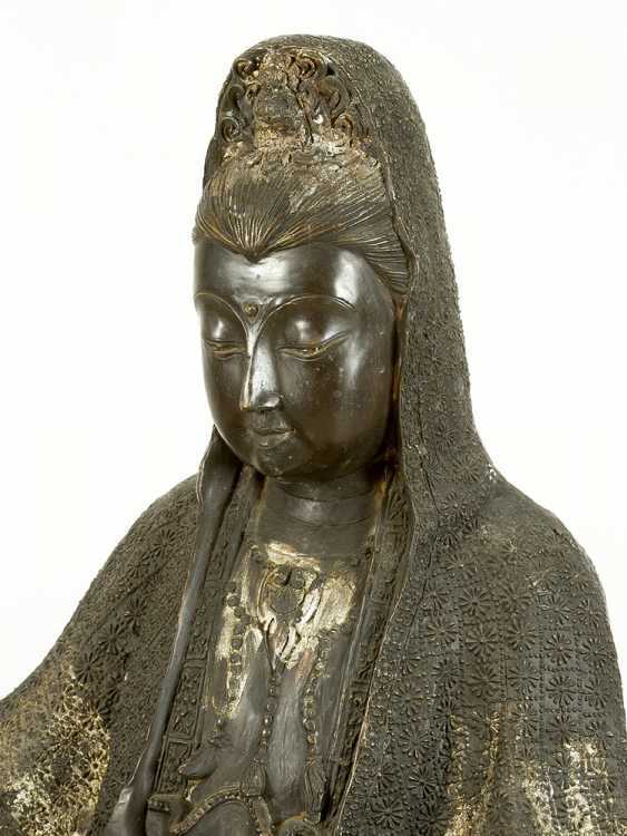 Large Asian bronze group of Guanyin sitting on a fabulous animal, on naturalistic style integrated oval base - photo 2