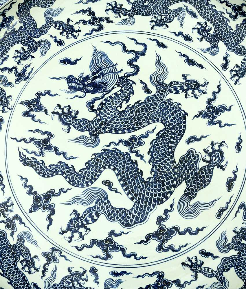 Extraordinary and particular large Chinese blue and white porcelain bowl with round shaped border, waved extended high border rim, decorated with a blue painted dragon in the centre with clouds and four dragons on the sides - photo 2