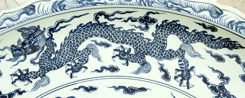 Extraordinary and particular large Chinese blue and white porcelain bowl with round shaped border, waved extended high border rim, decorated with a blue painted dragon in the centre with clouds and four dragons on the sides - photo 3