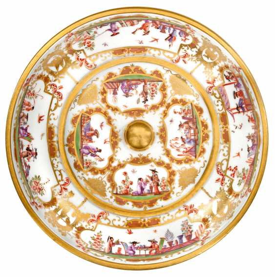 Cover terrine with Chinoiserien by Johann Gregorius Hoeroldt
