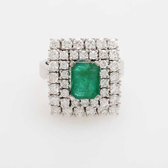 Emerald ring with diamonds, - photo 1