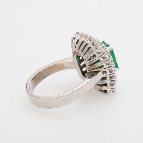 Emerald ring with diamonds, - photo 3