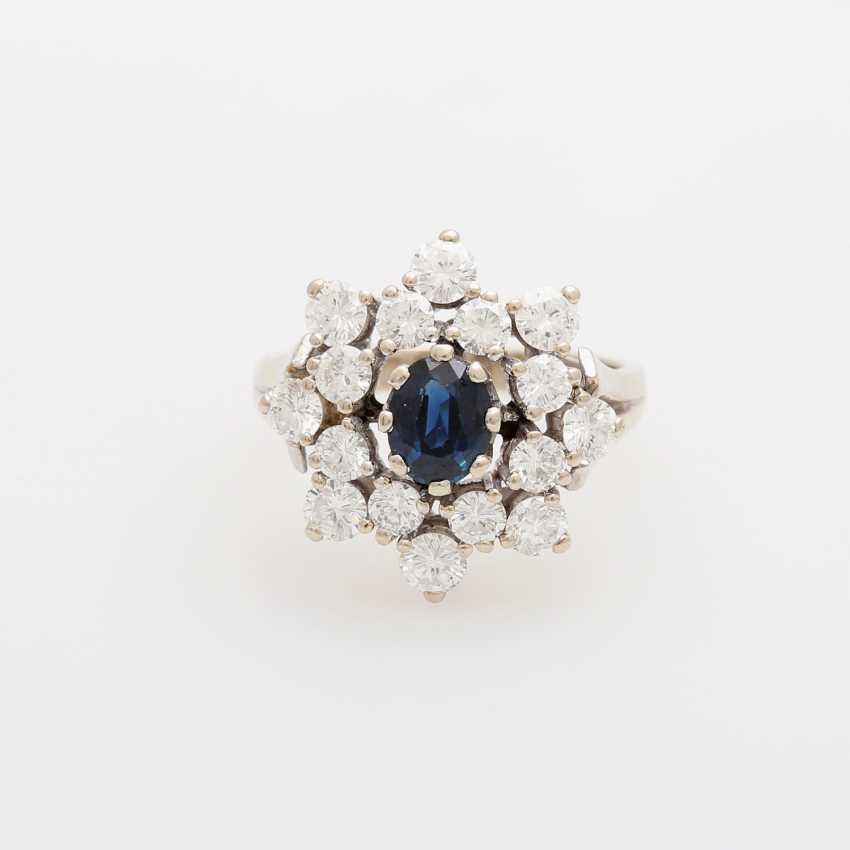 Ring bes. mit 1 Saphir, oval facettiert, umgeben von 16 Brillanten, zusammen ca. 2ct; - photo 1