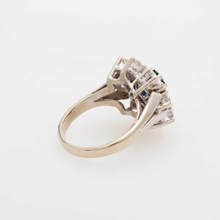 Ring bes. mit 1 Saphir, oval facettiert, umgeben von 16 Brillanten, zusammen ca. 2ct; - photo 3