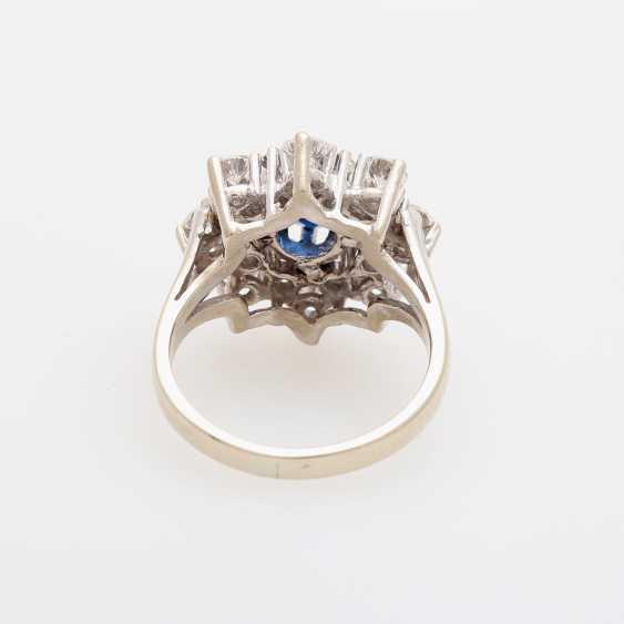 Ring bes. mit 1 Saphir, oval facettiert, umgeben von 16 Brillanten, zusammen ca. 2ct; - photo 4