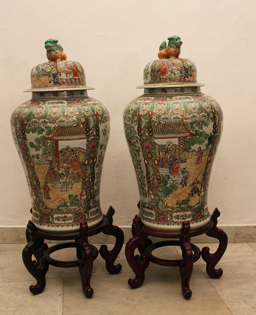 Pair of Cantonese Familie Verte Guardian  Vases - photo 1
