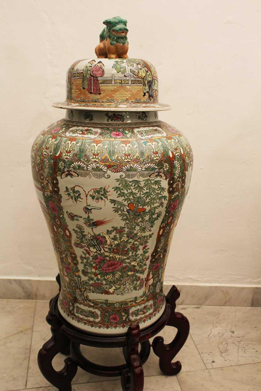 Pair of Cantonese Familie Verte Guardian  Vases - photo 2