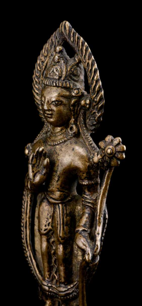 Fine Bronze standing Padmapani, on a Lotus on a Pedestal - photo 3