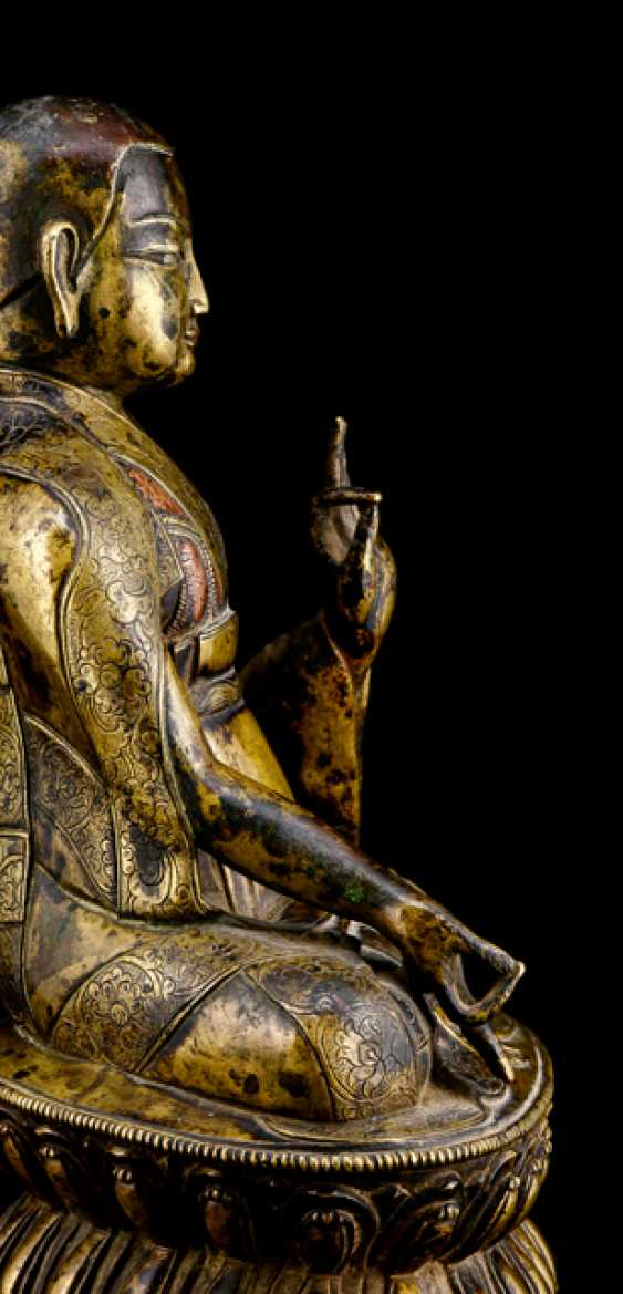 Fine and rare Bronze of a Lama SANS.RGYAS.'PHEL with silver and copper deposits - photo 3
