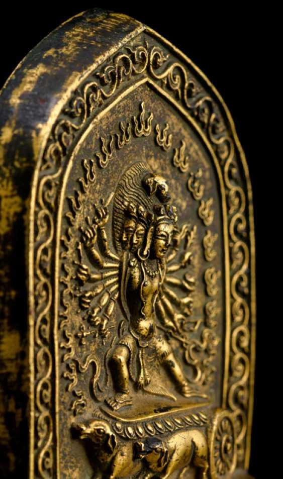 Feuervergoldete Stele des VAJRADHATVISHVARI MARICI - photo 3