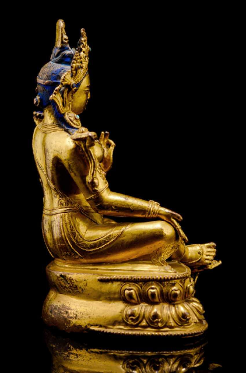 Fine fire-gilded Bronze of Syamatara with lapis lazuli inserts - photo 2