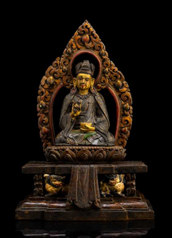 Group of figures in wood of Padmasambhava, seated on a throne with partoeller version - photo 1