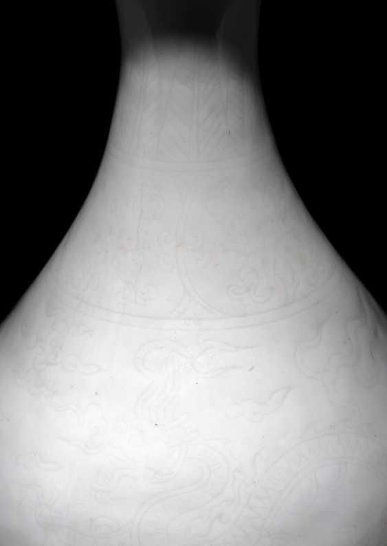 White-glazed 'Yuhuchun'Vase with incised dragon decoration - photo 2
