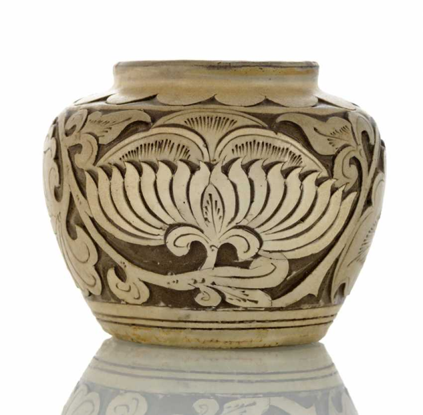 Small 'Cizhou'shoulder pot with peony decor in Relief - photo 1