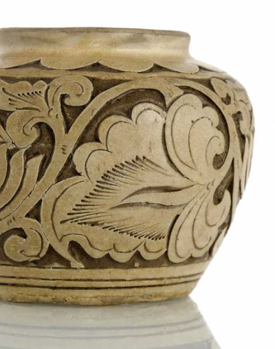 Small 'Cizhou'shoulder pot with peony decor in Relief - photo 2