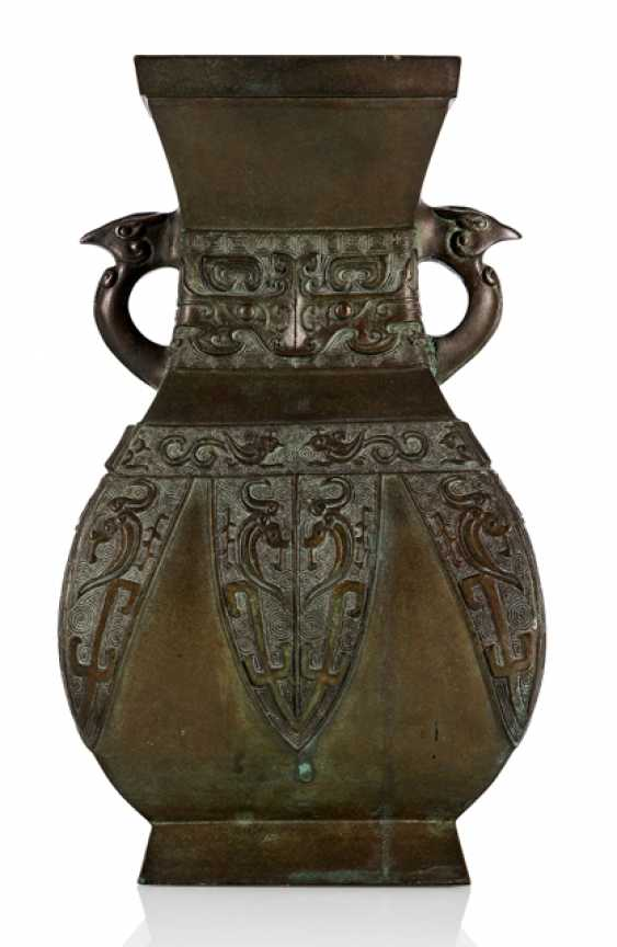 'Hu'shaped Vase made from Bronze in archaic style - photo 1