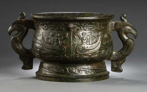 Gui from Bronze in archaic style, with a bird decor, partially green-reddish patina - photo 1