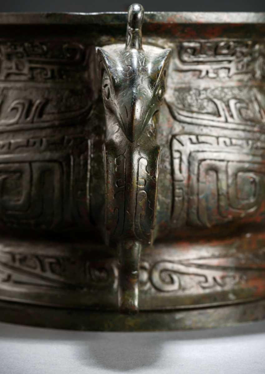 Gui from Bronze in archaic style, with a bird decor, partially green-reddish patina - photo 2