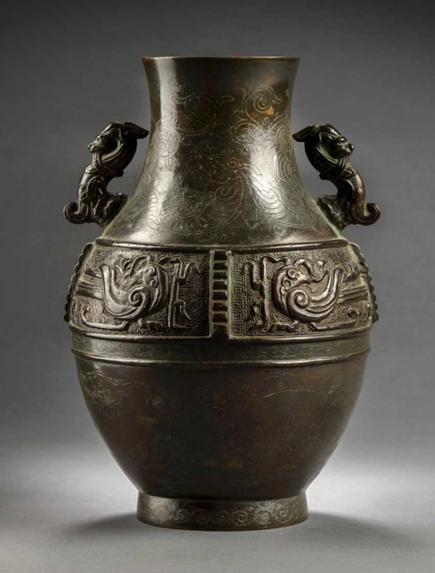 'Hu'Vase of Bronze, with dragon decoration of silver deposits - photo 1