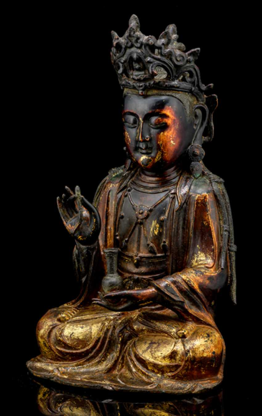 Partially fire-gilded Bronze of Guanyin and fire-gold-plated Lotus pedestal - photo 4
