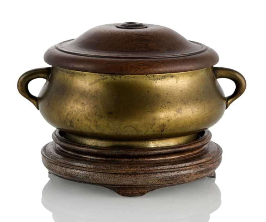 A fine incense burner from Bronze with side Handle, Stand and lid made of wood - photo 1