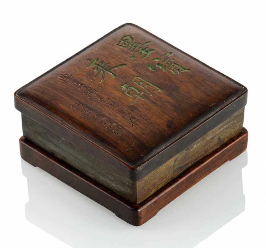 Duan Tuschreibestein with Stand and lid made of hard wood, the lid with inscription - photo 1