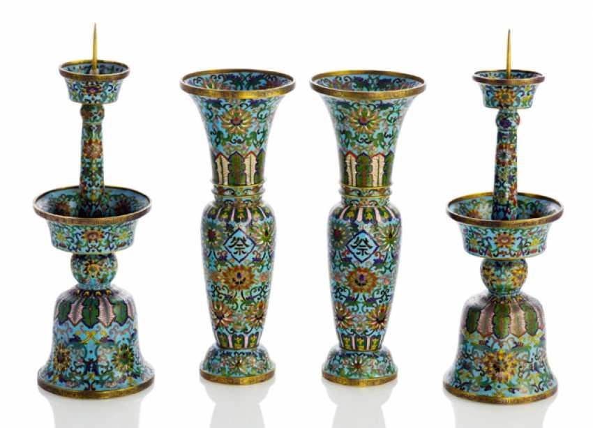 Pair of Cloisonné-Vasen und ein paar Kerzenleuchter mit Aufschriften - photo 1